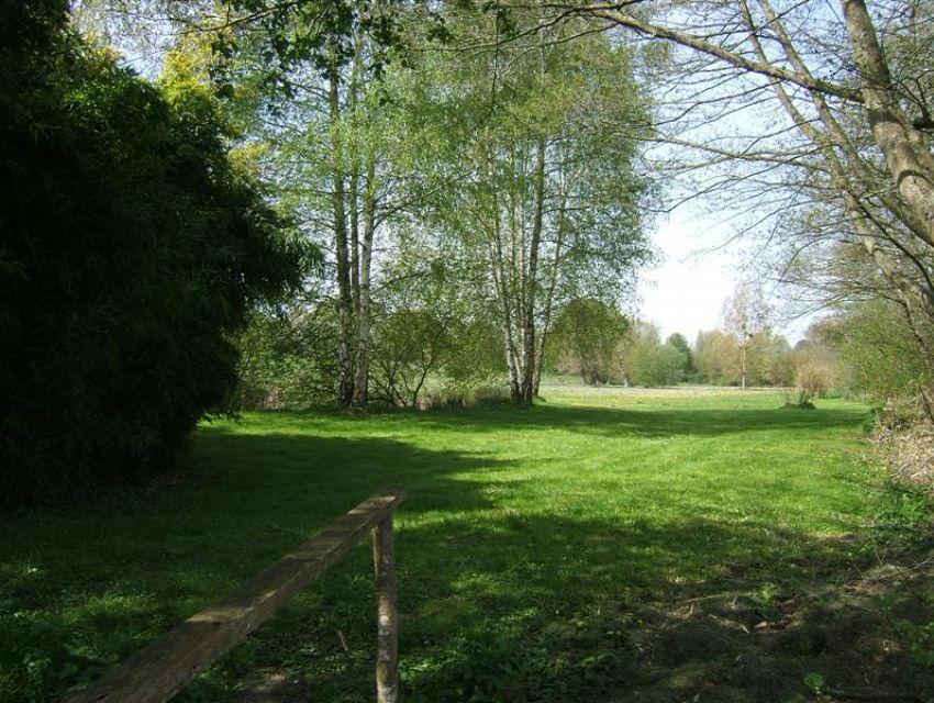 immobilier Sarthe (72):11. Autre vue du jardin - terrain bordé par rivière.