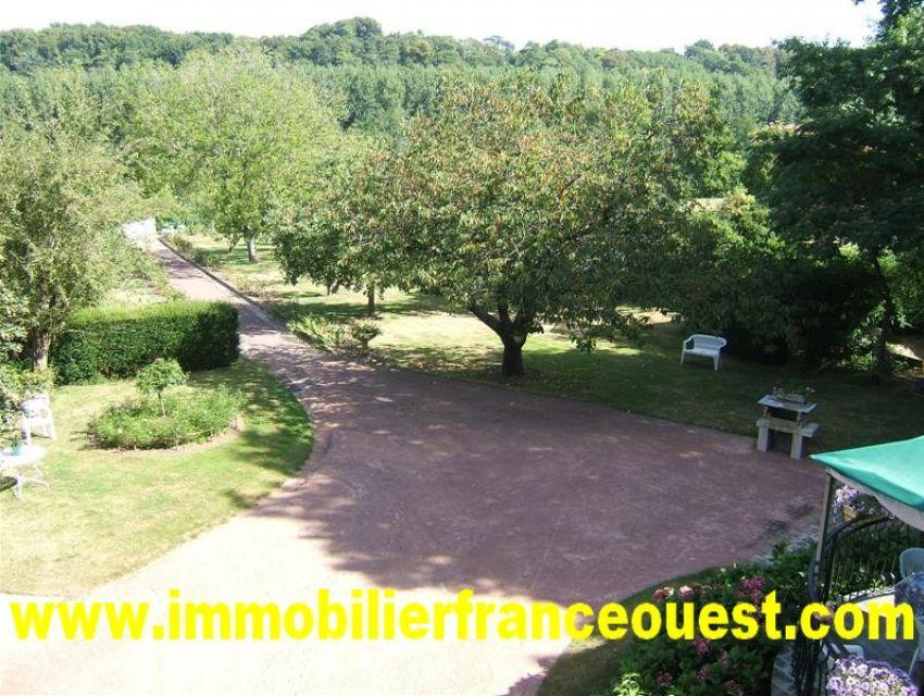 immobilier Sarthe (72) Vue du jardin. Jardin et prairie en bord de rivière la Sarthe