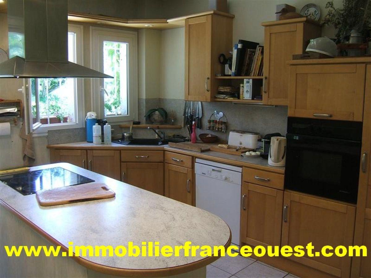 Solesmes propri t en bord de rivi re belles demeures for Belle cuisine equipee