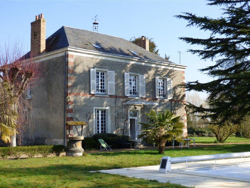 maison de Maître - clocheton en toiture - Porte d'entrée avec marquise -  Vallée du Loir