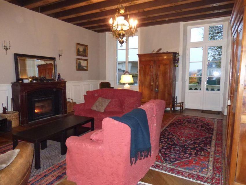 Maison XVIIIème - décoration - cimaises, poutres peintes, parquet à chevrons