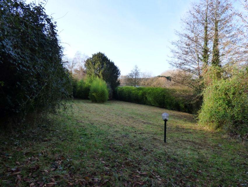 propriété avec jardin-parc bordé par la rivière.