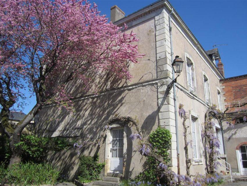 Sablé sur Sarthe - centre ville - maison avec dépendances et jardin clos avec accès à la rivière.