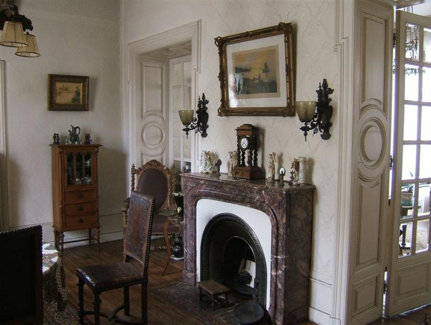 Maison bourgeoise Sablé sur Sarthe centre ville - salle-à-manger avec cheminée parquet et boiseries