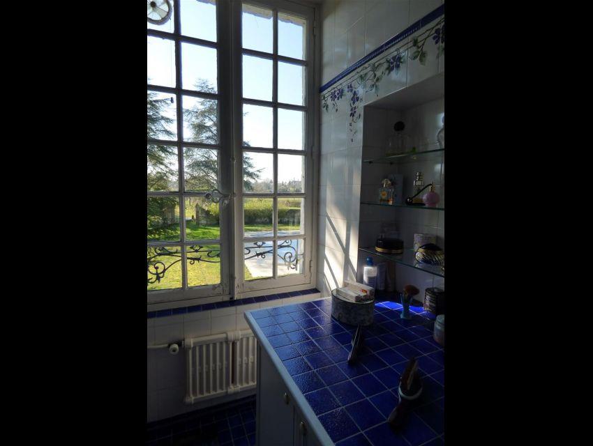 emaux de Briard, dans une salle de bains de l'étage avec vue sur parc.