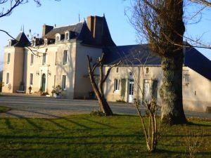 Petit château en Mayenne - Propriété de caractère avec dépendances, parc, étang...  en vente