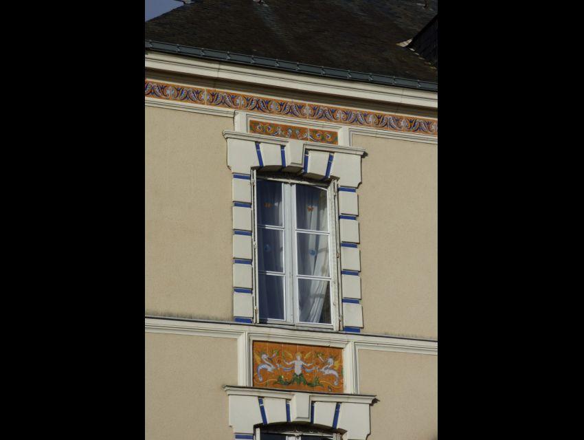 Maison Napoléon III avec tableaux faïencés en façade.