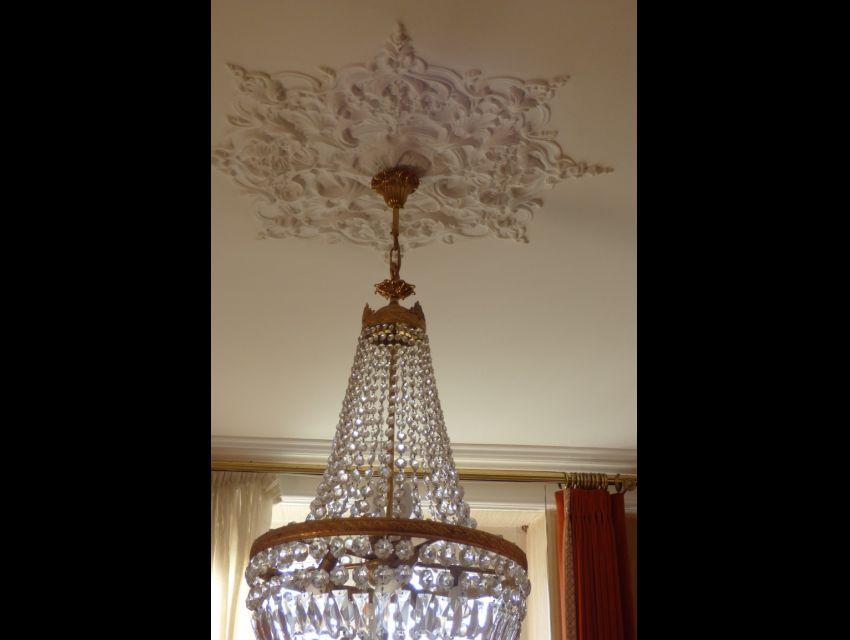Plafond et élément décoratif : rosace en staff