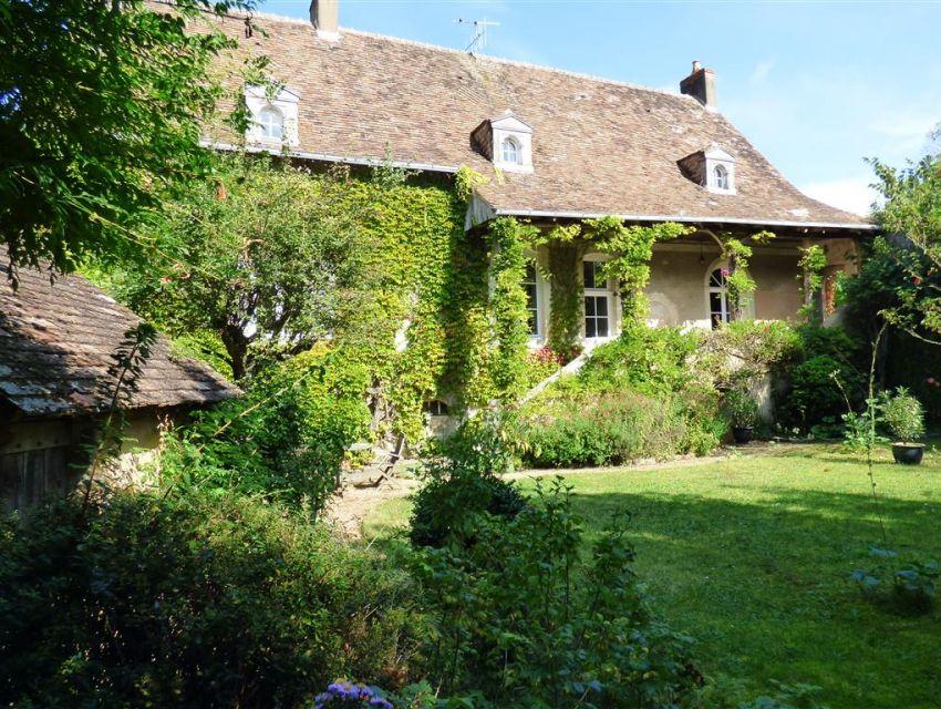 Maison de maître Parcé sur Sarthe proche Sablé sur Sarthe - coursive couverte en façade.