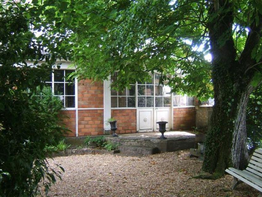 Maison de caractere Sablé sur Sarthe jardin avec accès à la  rivière. orangerie, dépendances ...