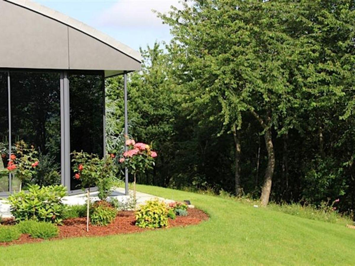 Luxueuse villa d 39 architecte propri t contemporaine for Entretien jardin laval 53