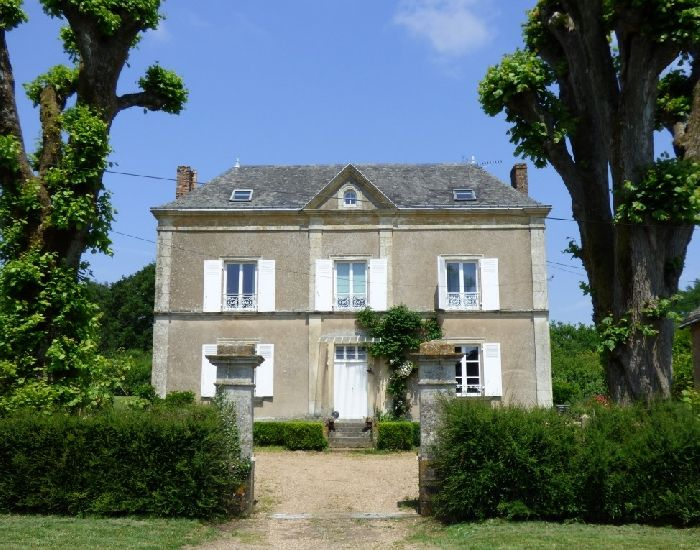 Propriété de caractère Axe Le Mans-Laval proche de Brulon Maison bourgeoise avec jardin et dépendances