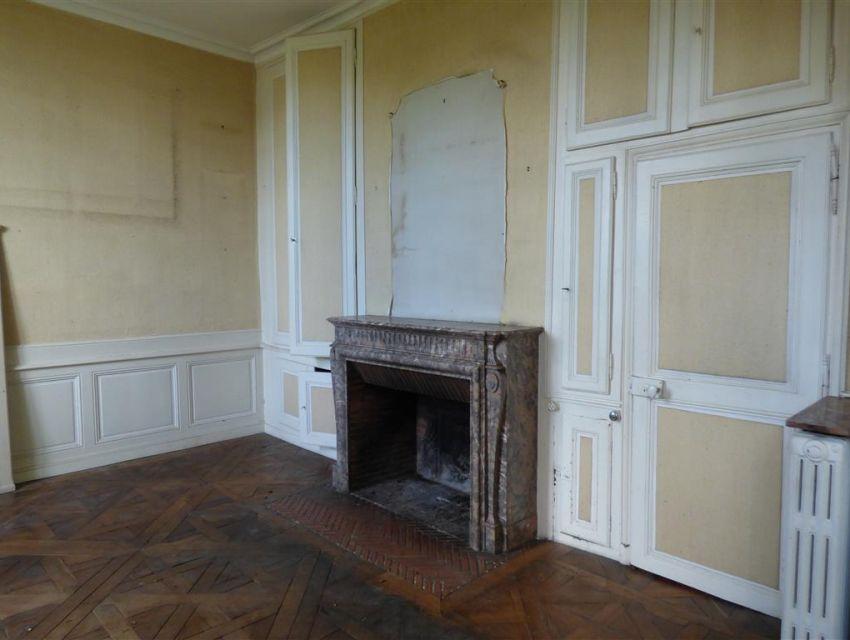 salon avec cheminee - boiseries murales - parquet a la Francaise