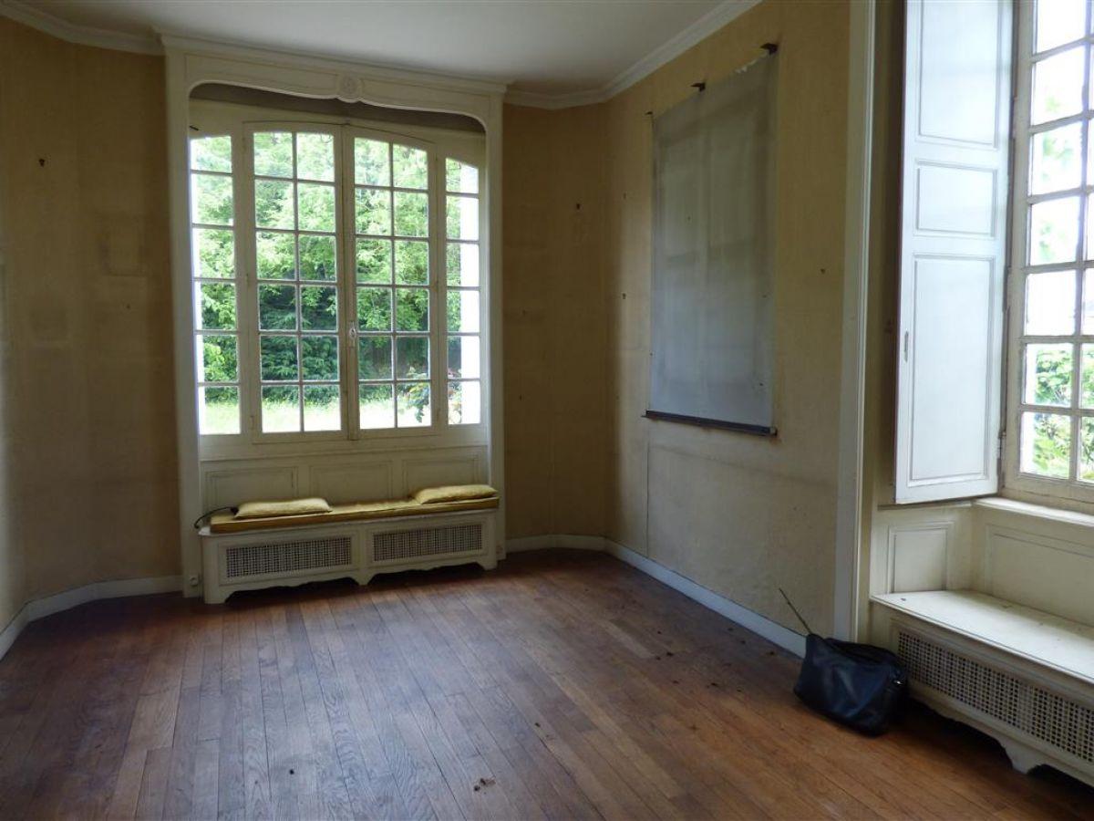 Maison bourgeoise demeure de caract re sabl sur sarthe belles demeures maisons de caract re for Maison avec bow window