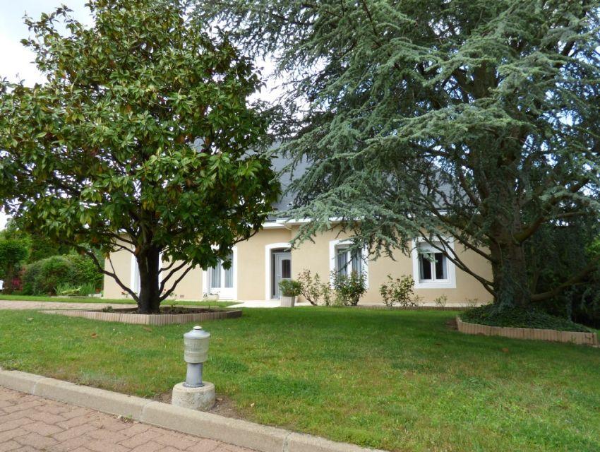 Propriété Villa bord de rivière jardin-parc paysager proche Abbaye 8 minutes Sablé-sur-Sarthe