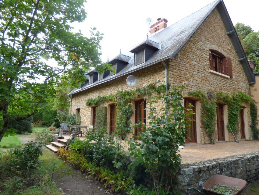 Proche de Malicorne sur Sarthe, propriété de campagne en bord de rivière, parc clos, dépendances Sarthe